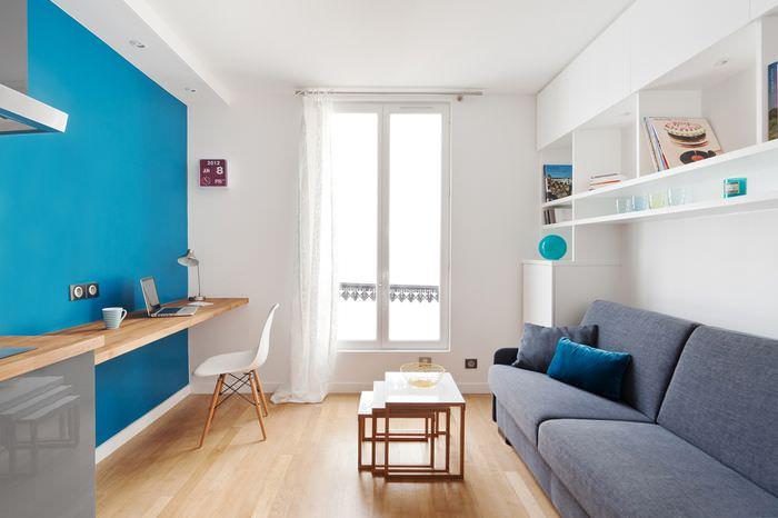 Синяя стена в дизайне современной гостиной