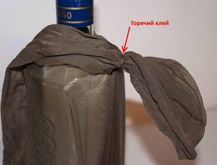 Использование горячего клея при декоре бутылки