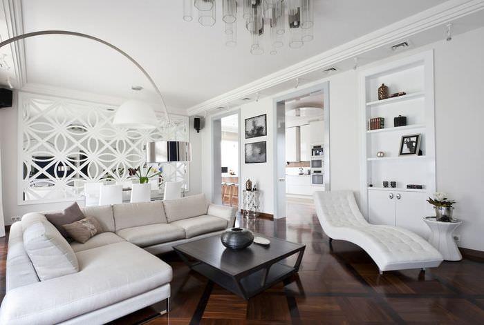 Белые стены в гостиной современного стиля