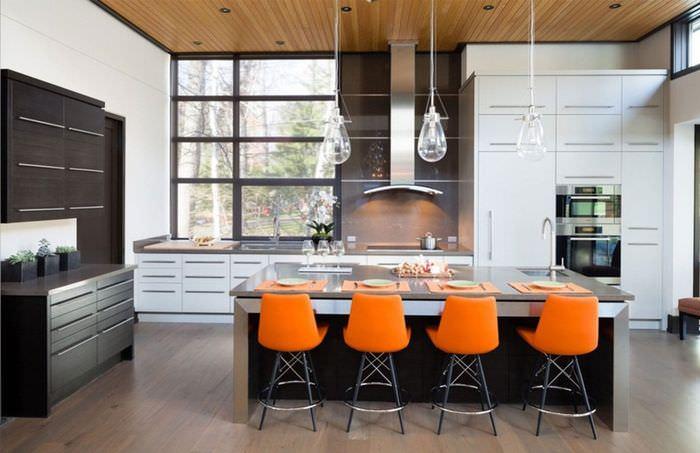 Оранжевые барные стулья в современной кухне