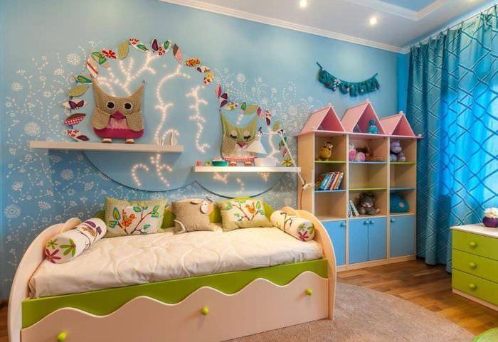 Декоративные совы на полочках в детской комнате
