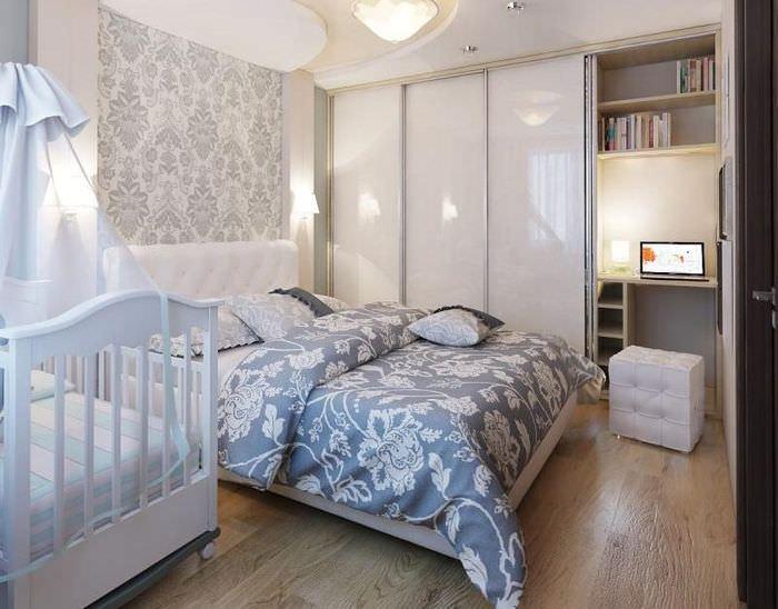 Интерьер маленькой спальни с кроваткой для младенца