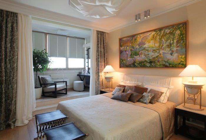 Интерьер спальни с присоединенным балконом