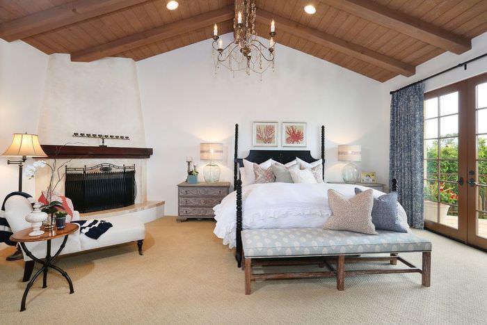 Интерьер спальни с камином в испанском стиле