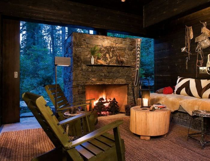 Уютная атмосфера в гостиной с камином