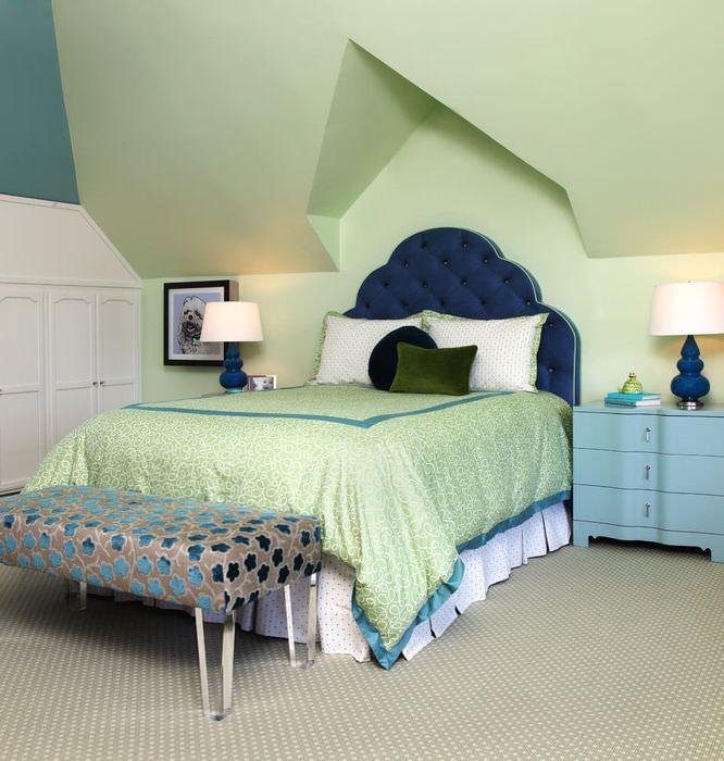 Спальня в мансарде с зеленым потолком