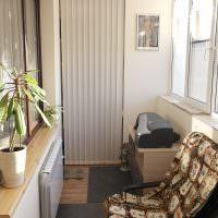 Темно-серый коврик на полу балкона