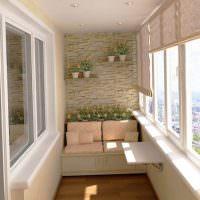 Цветы на балконе панельного дома