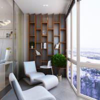 Панорамное остекление на балконе современной квартиры
