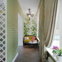 Дизайн узкого балкона с небольшим диванчиком