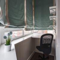 Римские шторы на окнах маленького балкона