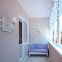 Светлые стены обжитого балкона