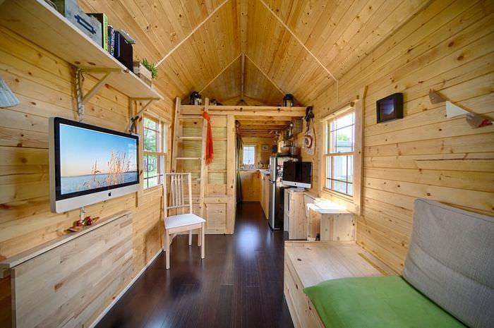 Интерьер узкого дачного домика