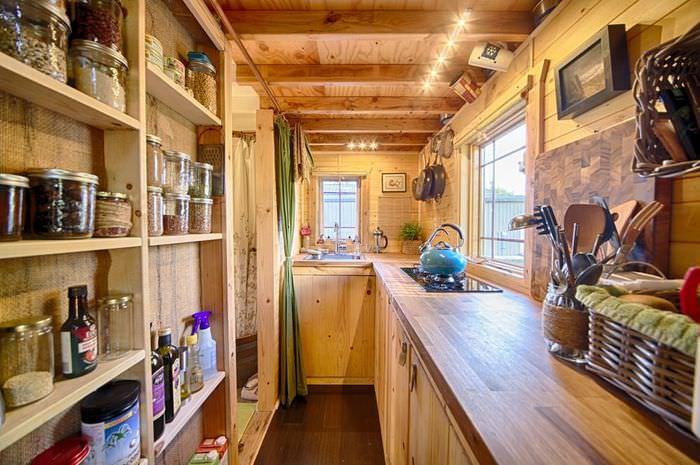 Кухня в небольшом дачном доме