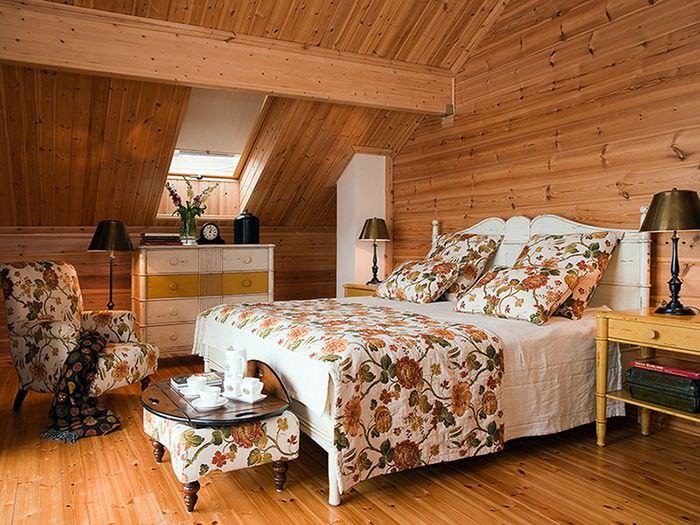 Пестрый текстиль в спальне мансардного этажа