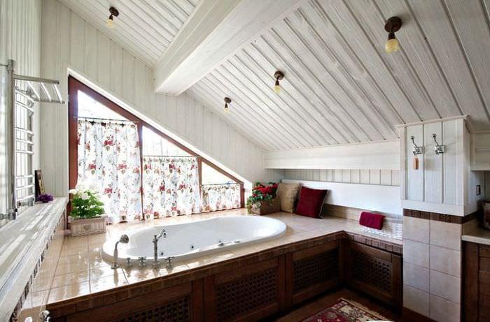 Интерьер ванной в мансарде загородного дома