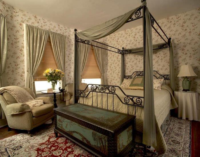 Старый сундук возле кровати в спальне викторианского стиля