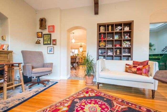 Пестрый ковер на деревянном полу гостиной в испанском стиле