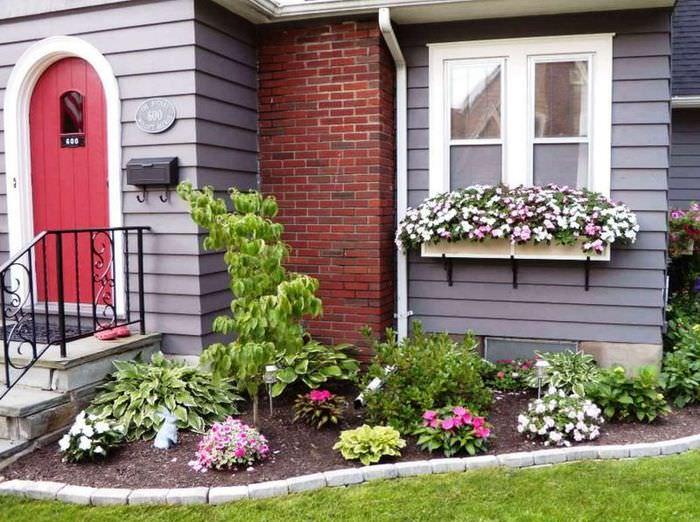 Декорирование окна частного дома с помощью цветов