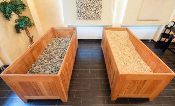 Деревянные ящики с галькой и опилками в японской сауне