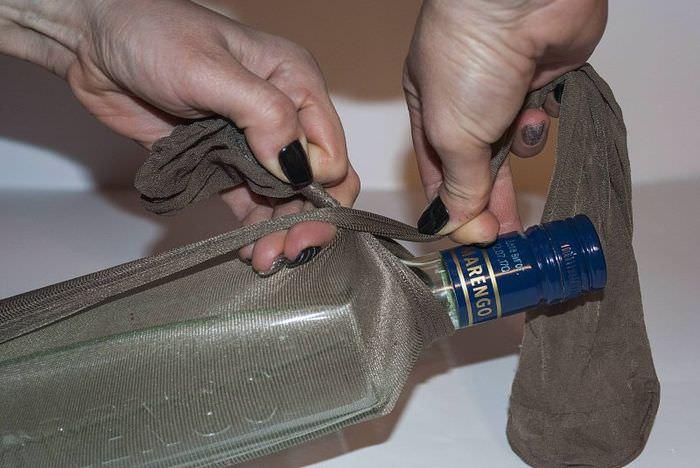 Закрепление колготок на стеклянной бутылке