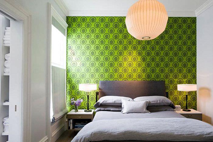 Зеленые обои на стене современной спальни