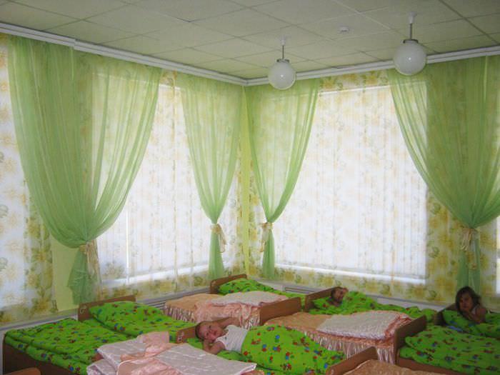 Легкие полупрозрачные занавески зеленого цвета