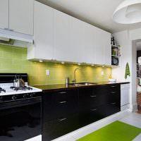Светло-зеленый фартук в линейной кухне