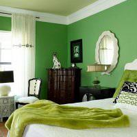 Белый потолочный бордюр в спальне с зелеными стенами