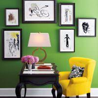 Желтое кресло на фоне зеленой стены