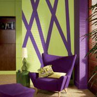 Фиолетовое кресло на небольших ножках