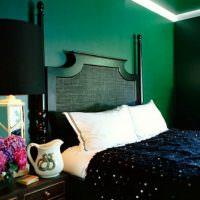 Белые подушки на черной кровати