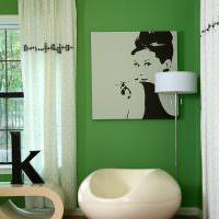 Белые шторы в комнате с зелеными стенами