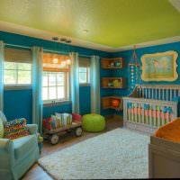 Детская комната с синими стенами
