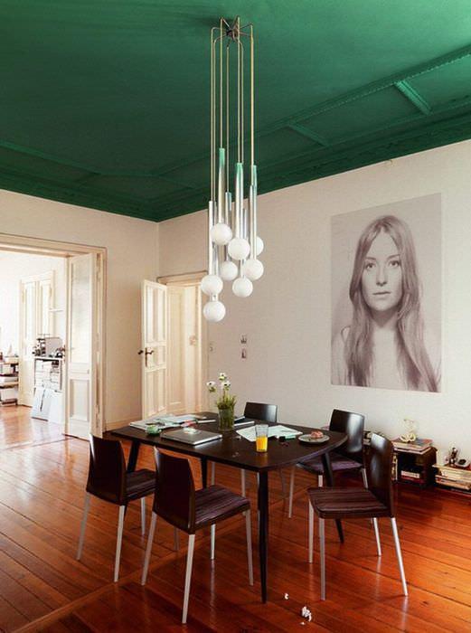 Зеленый потолок в интерьере столовой частного дома