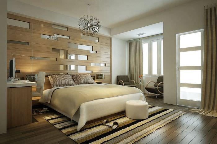 Декорирование стены современной спальни с помощью панелей и зеркал