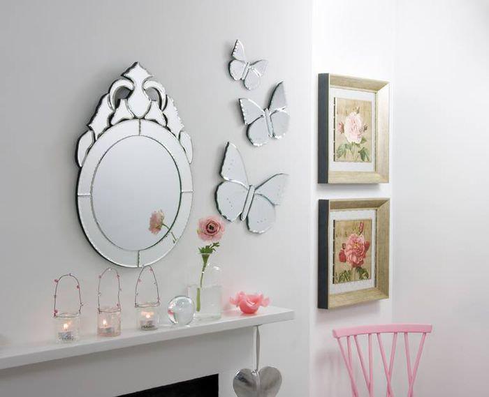 Зеркальная композиция на стене гостиной