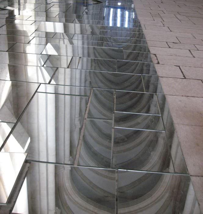 Зеркальная плитка на полу холла частного дома