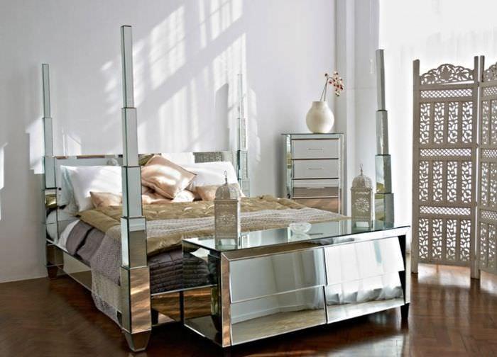 Облицовка кровати зеркальной лентой