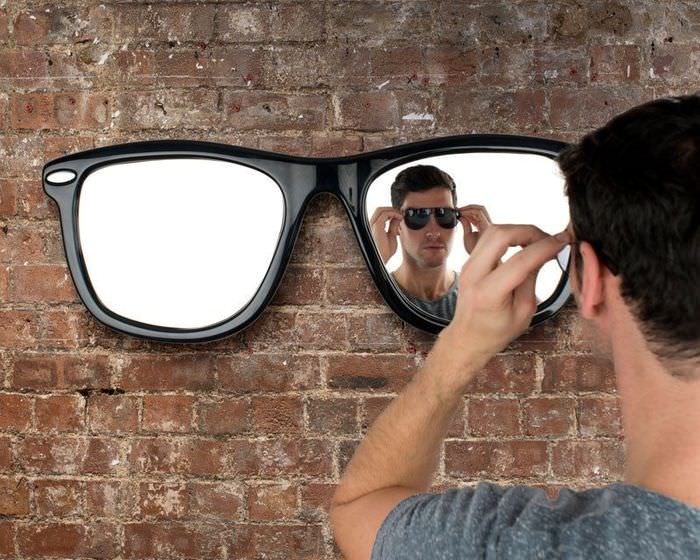 Зеркало-очки на стене комнаты в стиле лофт