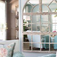 Зеркало в форме окна с деревянной рамой