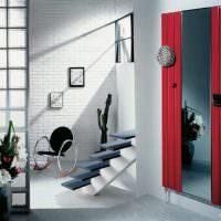 Зеркало в дизайне прихожей с лестницей