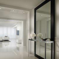 Большое зеркало в минималистическом интерьере