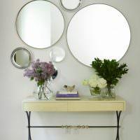 Композиция из круглых зеркал разного размера
