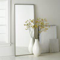 Напольная ваза перед зеркалом в тонкой оправе