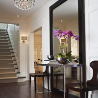 Напольное зеркало в холле частного дома