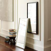 Стопка книг на маленькой подставке