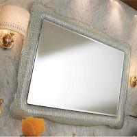 Небольшое зеркало в красивой рамке
