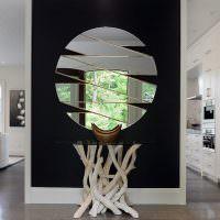 Стильная зеркальная композиция в гостиной загородного дома