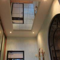 Зеркало на потолке узкого коридора